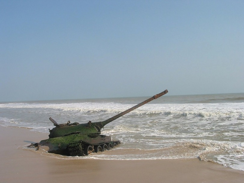 Танк на пляже